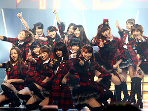 展示会速報AKB48見参!ライブで新機種をアピール(京楽産業.)