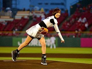 業界ニュース篠田麻里子始球式に登場もノーバンならず・・・。テラ課長と共に映画「テラフォーマーズ」をPR!(KYORAKU)